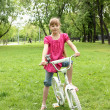 Girl with a bike in the park — Foto de Stock