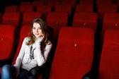 Chica joven en el cine viendo la película — Foto de Stock