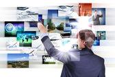 Man som arbetar med virtuella skärmar — Stockfoto