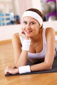 Jeune femme, faire du sport en salle de sport — Photo