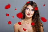 Jovem mulher com flores sobre fundo — Fotografia Stock