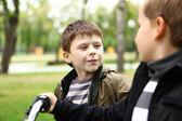 Chlapec na kole v zeleném parku — Stock fotografie