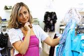 Junge frau einkaufen — Stockfoto