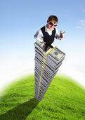 Jeune homme d'affaires avec les signes monétaires — Photo