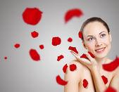 Jeune femme avec fleurs sur fond — Photo