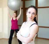 Ung kvinna gör sport — Stockfoto