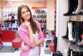 Shopping nel negozio di vestiti — Foto Stock