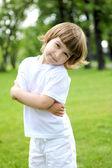 Portret van een klein meisje in de buitenlucht — Stockfoto