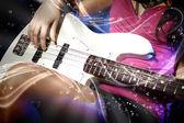 Młody gitarzysta w nocnym klubie — Zdjęcie stockowe