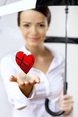 彼女の手に赤い心臓を持つ女性 — ストック写真