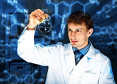 Unga kemist arbetar i laboratoriet — Stockfoto