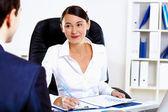 молодая женщина в бизнес одежда в офисе — Стоковое фото
