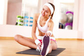 Young woman doing sport in gym — Foto Stock