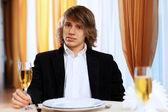 Restoranda oturan genç yakışıklı adam — Stok fotoğraf