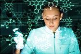 Jeune chimiste travaillant dans le laboratoire — Photo