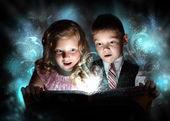 Crianças abrindo uma caixa de presente mágico — Fotografia Stock