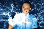 Joven químico trabajando en laboratorio — Foto de Stock