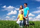Gezin met kinderen in de zomer dag in de buitenlucht — Stockfoto