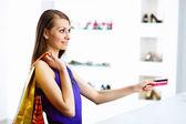Jonge vrouw doen winkelen — Stockfoto