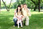 Familie samen in het park — Stockfoto