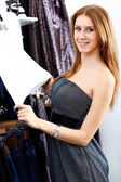 Young woman inside a store buying clothes — Stock Photo