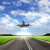 Imagen de un avión de pasajeros blanco — Foto de Stock