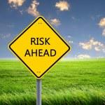 Vägmärke som varnar om risken framåt — Stockfoto