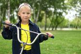 Yeşil parkta bisikletle evlat — Stok fotoğraf