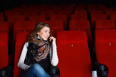 Junges mädchen im kino film — Stockfoto