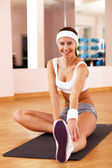 Young woman doing sport in gym — Stock Photo