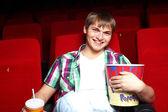 Jovem no cinema assistindo o filme — Foto Stock