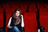 Sinemada film izlemek genç kız — Stok fotoğraf