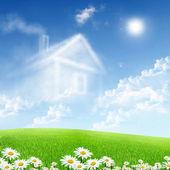 Beyaz bulutlar mavi gökyüzü karşı evden — Stok fotoğraf