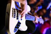 Jovem guitarrista realizando no clube noturno — Foto Stock