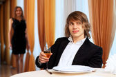 Jonge knappe man zittend in restaurant — Stockfoto