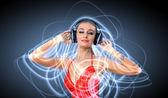 Młoda kobieta w sukni z słuchawki — Zdjęcie stockowe