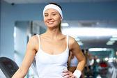 Kobieta w odzież sport sportem w siłowni — Zdjęcie stockowe