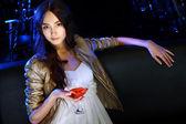Jolie femme en boite de nuit avec une boisson — Photo