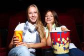 看着电影中的两个年轻女孩 — 图库照片