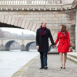 Beautiful romantic couple on a Parisian embankment at spring or — Foto de Stock
