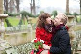 在春天,公园里的浪漫情侣约会 — 图库照片