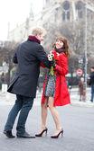 Feliz pareja bailando cerca de notre dame de paris — Foto de Stock