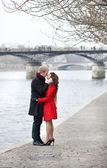 Couple romantique amoureux baiser près de pont des arts à paris — Photo