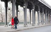 Romantic couple walking on the Bir-Hakeim bridge in Paris — Stock Photo