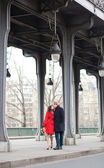 Romantic couple kissing on the Bir-Hakeim bridge — Stock Photo