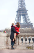 Romantic couple in love dating near the Eiffel Tower — Stock Photo