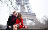 Romantic couple in love dating near the Eiffel Tower at spring o — Zdjęcie stockowe