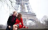 Romantyczna para w miłości randki w pobliżu wieży eiffla na wiosnę o — Zdjęcie stockowe