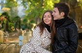 Romantische jong koppel op zonnige herfstdag — Stockfoto