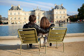 Dating couple in the Luxembourg garden of Paris — Stock Photo